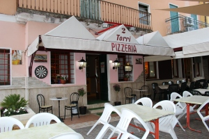 early late spring Tuesday evening at Pizzeria due Torri