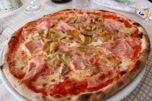 pizza with porcini mushrooms and cooked ham (prosciutto cotto)
