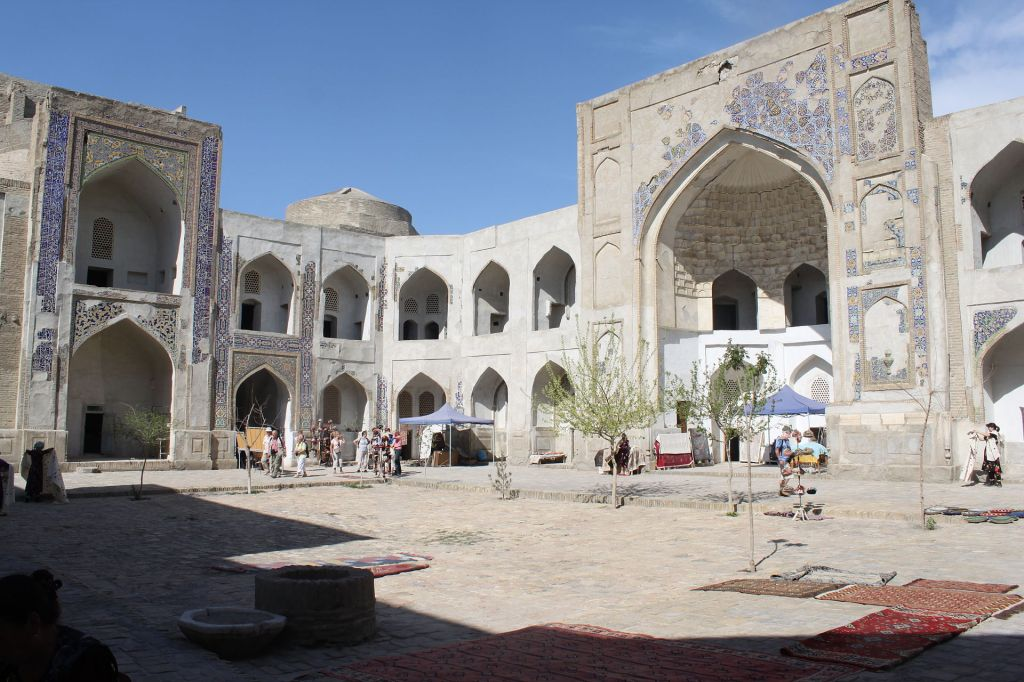 Abdullaziz_Khan_madrasa_yard_iwan_and_cells_4