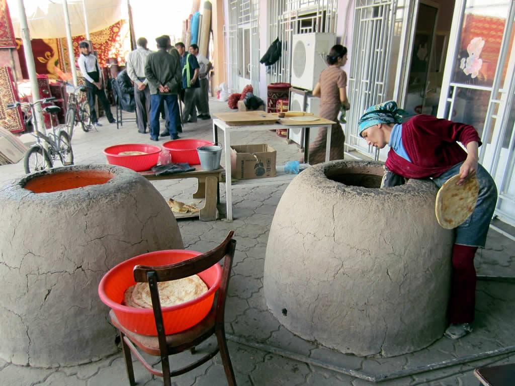 Baking_Bread_in_Bai_Bazaar,_Dashoguz